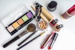 Makeup skönhetsmedelprodukter på ljus bakgrund Top beskådar Dekorativ skönhetsmedel och tillbehör med tomt utrymme royaltyfri illustrationer