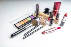 Makeup skönhetsmedelprodukter på ljus bakgrund Top beskådar Dekorativ skönhetsmedel och tillbehör med tomt utrymme vektor illustrationer
