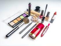 Makeup skönhetsmedelprodukter på ljus bakgrund Top beskådar Dekorativ skönhetsmedel och tillbehör med tomt utrymme stock illustrationer