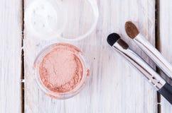 Makeup skład Płaski kłamstwo Biały Drewniany stół Zdjęcia Stock