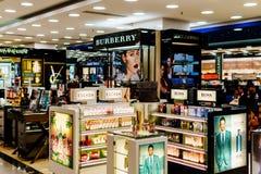 Makeup, Skincare och kosmetiska produkter som är till salu i skärm för modeskönhetvaruhus Arkivfoto