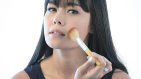 Makeup som applicerar closeupen Kosmetisk pulverborste lager videofilmer