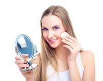makeup som tar bort kvinnan royaltyfri bild