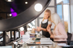 Makeup szczotkuje ustalonego lying on the beach na stole w piękno salonie Zdjęcia Stock