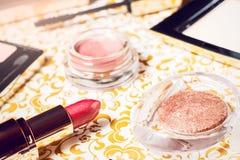 Makeup ustawiający proszek, naturalni makeup eyeshadows, tusz do rzęs, czerwona pomadka i warga ołówek, Obraz Royalty Free