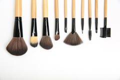 Makeupborstar av olika former och format på en vit bakgrund fotografering för bildbyråer