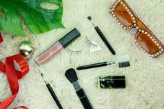 Makeupborstar, dagliga sminkhjälpmedel, läppstift och solglasögon fotografering för bildbyråer