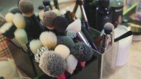 Makeupborstar i en modern skönhetsalong stock video