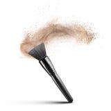 Makeupborste med det isolerade pulverfundamentet Royaltyfria Bilder