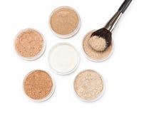 Makeupborste med löst kosmetiskt pulver Fotografering för Bildbyråer