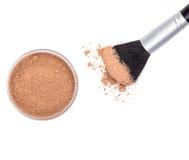 Makeupborste med löst kosmetiskt pulver Arkivfoto