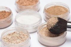 Makeupborste med löst kosmetiskt pulver Arkivbilder