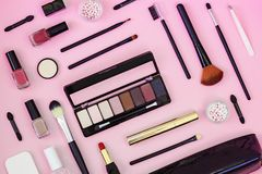 Makeupborste och dekorativa skönhetsmedel på ett ljust - rosa bakgrund Top besk?dar arkivbild