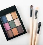 Makeupborste och färgpalett Arkivbilder