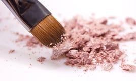 Makeupborste och skuggor Arkivbilder