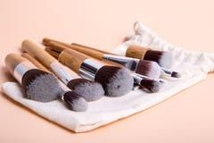 Makeupborste på en enkel bakgrund Arkivfoto