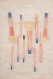 Makeupborsteuppsättning på vit pälsbakgrund Royaltyfri Fotografi