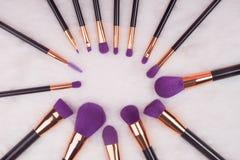 Makeupborsteuppsättning på vit pälsbakgrund royaltyfria foton