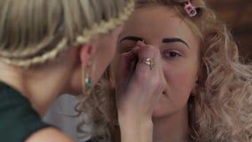 Makeupen för professionell för makeupkonstnär arkivfilmer