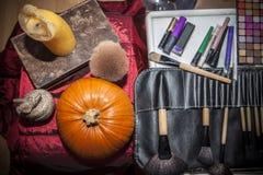 Makeuphjälpmedel med halloween objekt Royaltyfri Foto