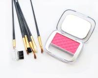 Makeupkinder och makeupborste Rosa kosmetiskt pulver på vit bakgrund Royaltyfri Fotografi