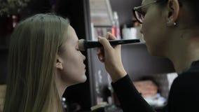 Makeupkonstnär eller modell som förbereder sig för kapaciteten och photoshooten Sminkkonstnär Prepares Super Model för Haute lager videofilmer