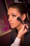 Makeupkonstnär med modellen Arkivbild