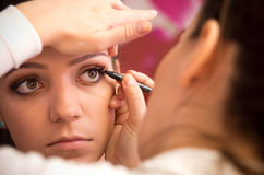 Makeupkonstnär på arbete Arkivfoton