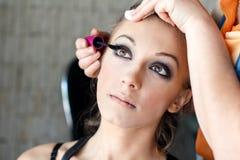 Makeupkonstnär som applicerar ögonfrans arkivfoton