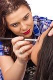 Makeupkonstnär som applicerar makeup fotografering för bildbyråer