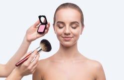 Makeupkonstnär som applicerar rouge som isoleras på vit arkivfoton
