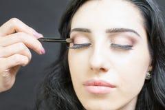 Makeupkonstnär som gör sminket för härlig arabisk kvinna Royaltyfri Fotografi