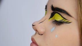 Makeupkonstnär som gör yrkesmässigt komiskt smink för popkonst Smink för rolig tecknad film eller för komisk remsa