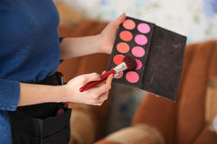 Makeupkonstnären handlar makeup Royaltyfri Fotografi