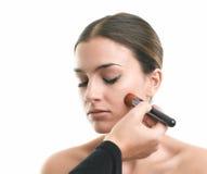 Makeupkonstnär som applicerar blusher Fotografering för Bildbyråer
