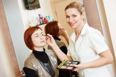 Makeupkonstnär på arbete Royaltyfria Foton