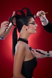 Makeupkonstnärer som är funktionsdugliga på jäkelkvinna Arkivfoton