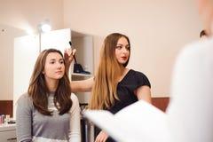 Makeuplärare med hennes studentflickor Orubblig kurs för makeup på skönhetskolan Makeupmästarklass royaltyfri fotografi