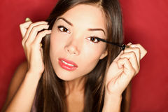 makeupmascara som sätter kvinnan Royaltyfria Bilder
