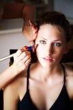 makeupmodell som mottar behandlingbarn Arkivfoto