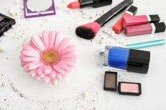 Makeupobjekt och blomma på vit bakgrund fotografering för bildbyråer