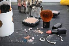 Makeupobjekt på tabellen Yrkesmässig anlete arkivfoton