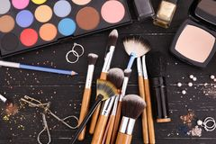 Makeupobjekt på tabellen Yrkesmässig anlete arkivbilder