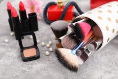Makeupobjekt på tabellen Yrkesmässig anlete royaltyfria bilder
