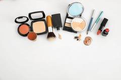 Makeupobjekt på vit bakgrund Uppsättning för yrkesmässig konstnär royaltyfri fotografi
