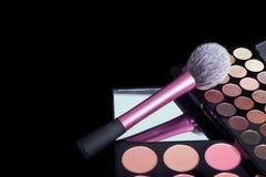 Makeuppalett och borste på ren svart bakgrund Makeupfärger för det nya året Royaltyfri Bild