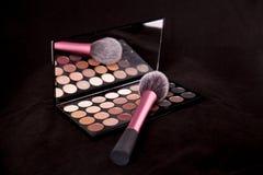 Makeuppalett och borste på ren svart bakgrund Makeupfärger för det nya året Royaltyfria Foton