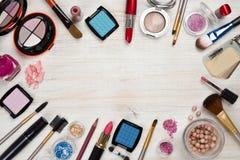 Makeupprodukter på träbakgrund med kopieringsutrymme i mitt royaltyfria bilder