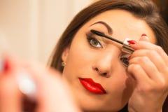 Makeuprutin av den härliga unga kvinnan Arkivfoto