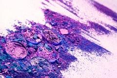 Makeupskönhetsmedel Ögonskugga krossade paletten, färgrikt pulver för ögonskugga på vit bakgrund Arkivbild